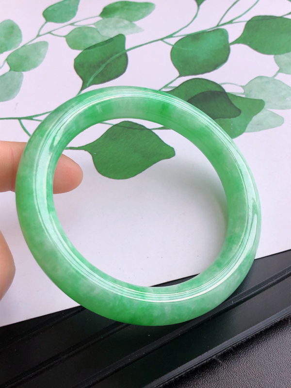 2.26.22/圈口:56.2/10.5/10.1mm,满绿圆条高档手镯,满盎然的绿意,充满灵性的悠