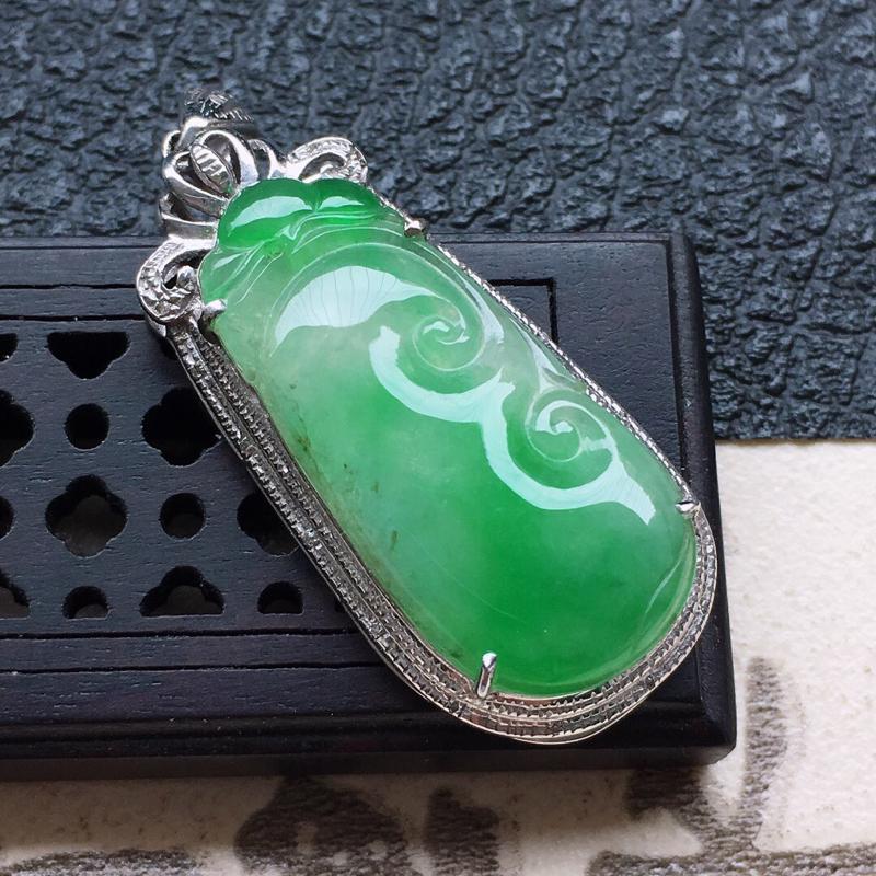 缅甸翡翠18k金伴钻镶嵌带绿如意吊坠,自然光实拍,颜色漂亮,玉质莹润,佩戴佳品,包金尺寸:36.8*