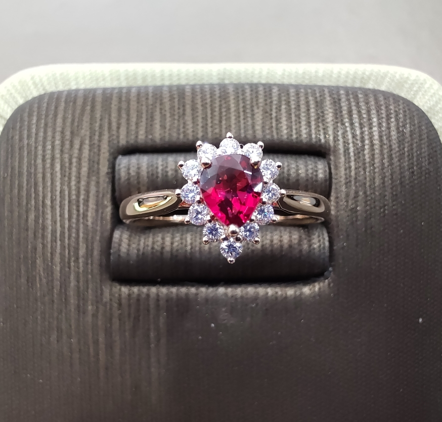 【戒指】18k金+红宝石+钻石 宝石颜色纯正 切工精细 主石:0.54ct  货重:2.75g##*