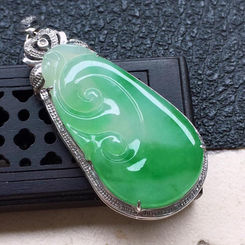 缅甸翡翠18k金伴钻镶嵌带绿如意吊坠,自然光实拍,颜色漂亮,玉质莹润,佩戴佳品,包金尺寸:43.8*