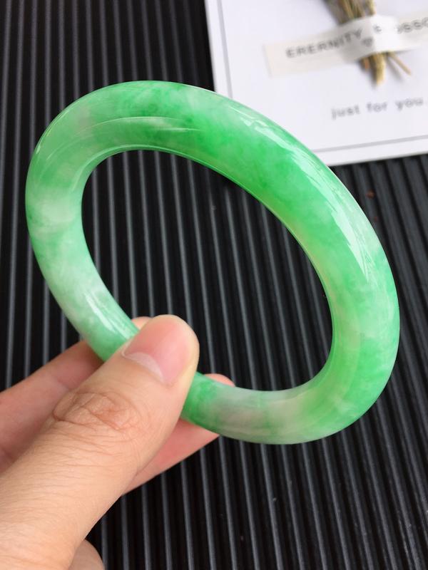 圈口:56,天然翡翠A货豆种飘阳绿圆条手镯,尺寸:56.7/11.0/11mm,玉质细腻,颜色鲜艳,打灯有纹,上手效果好
