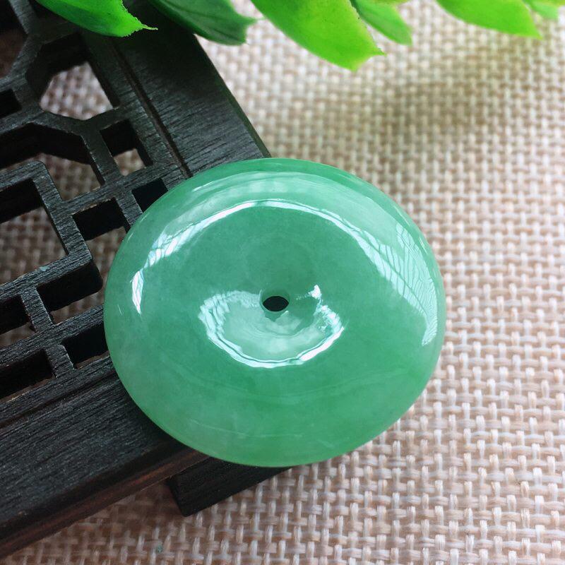 高品质满绿精雕平安扣玉坠,种老水足冰润细腻,色泽淡雅,收藏欣赏佳品,质感佳。完美!规格:27.1*4