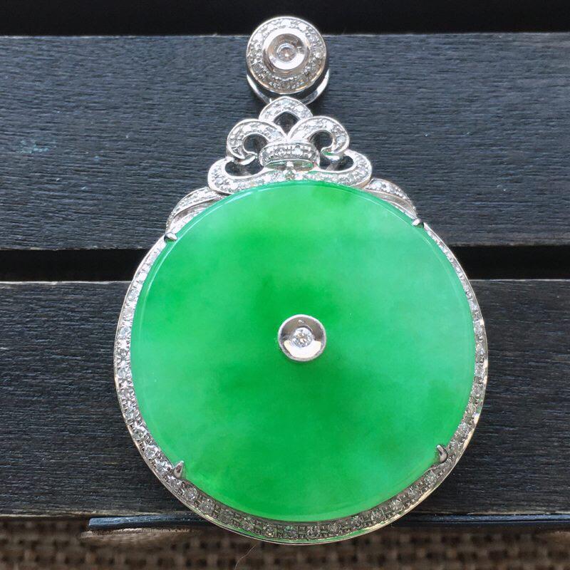 自然光实拍,缅甸a货翡翠,18k金伴钻镶嵌阳绿平安圆牌吊坠,水润玉质细腻,工艺佳,品相佳。包金尺寸: