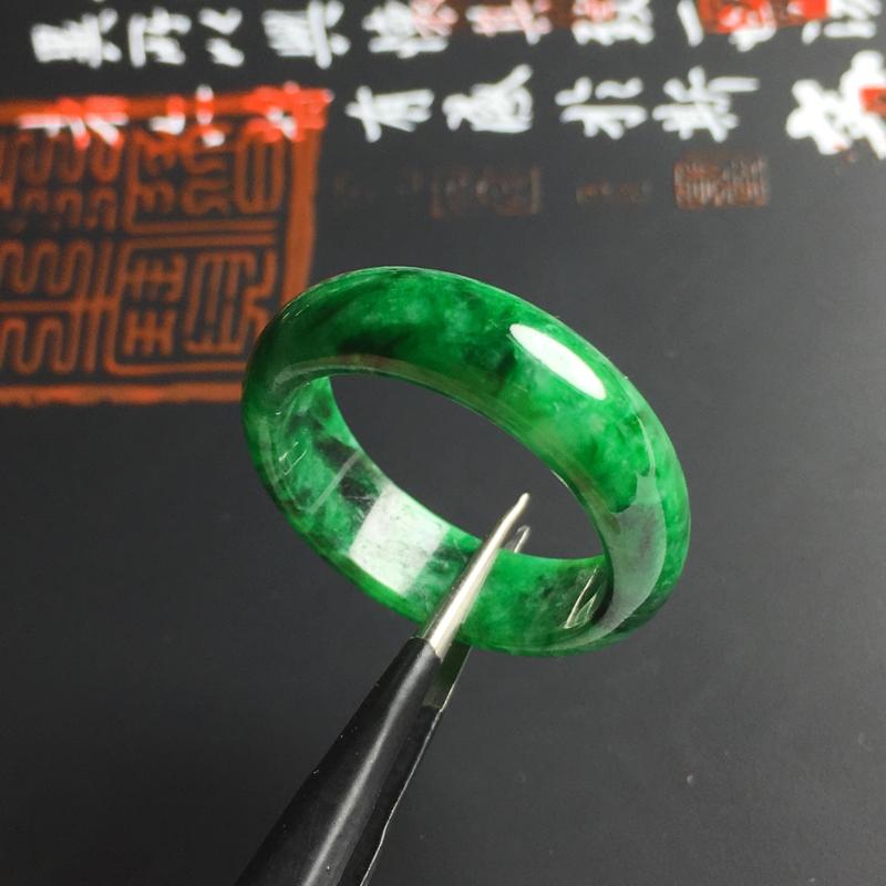 细糯种带色指环 内径19毫米 宽7 厚3.2毫米 色泽艳丽 玉质细腻 佩戴精美
