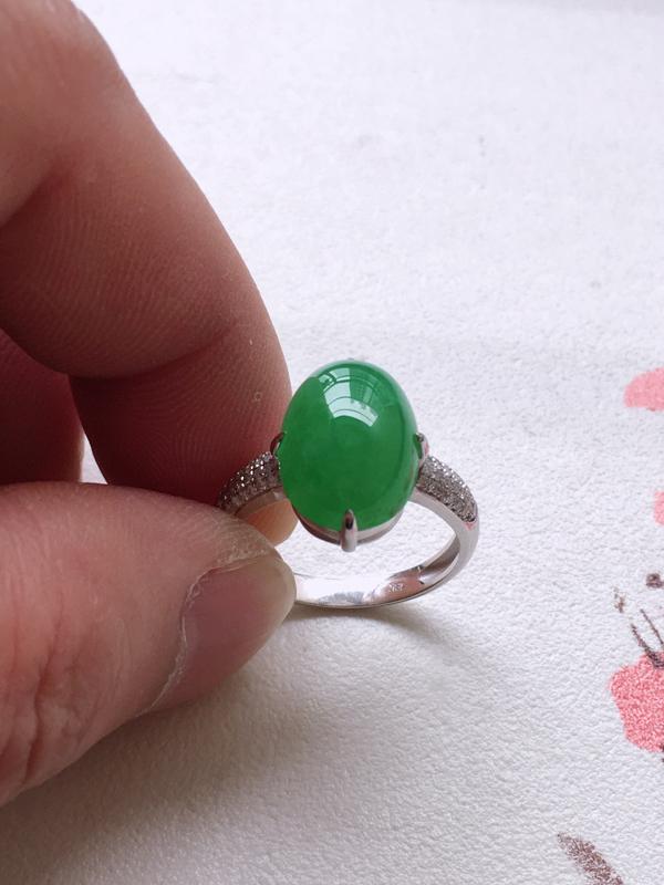 缅甸a货翡翠,18K金镶镶嵌满绿蛋面翡翠戒指,种老通透,颜色满绿,饱满圆润,性价比高,内径17.6m