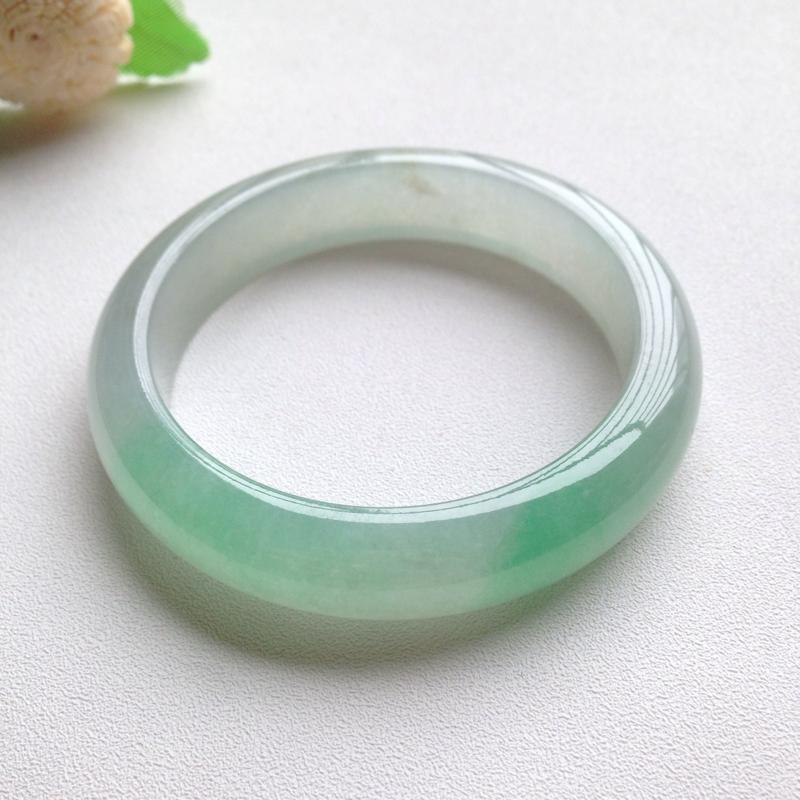 冰飘阳绿正圈镯,尺寸54.5*13.5*8.5 老坑种水,通透冰莹,清润水足,翠色鲜阳,灵动轻盈,上