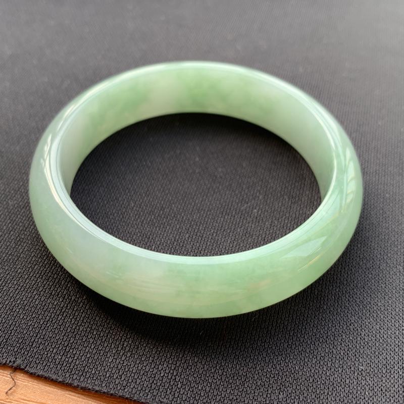 缅甸a货翡翠,满色正圈手镯56.7mm 玉质细腻,水润饱满,有种有色,条形大方得体,佩戴效果更佳