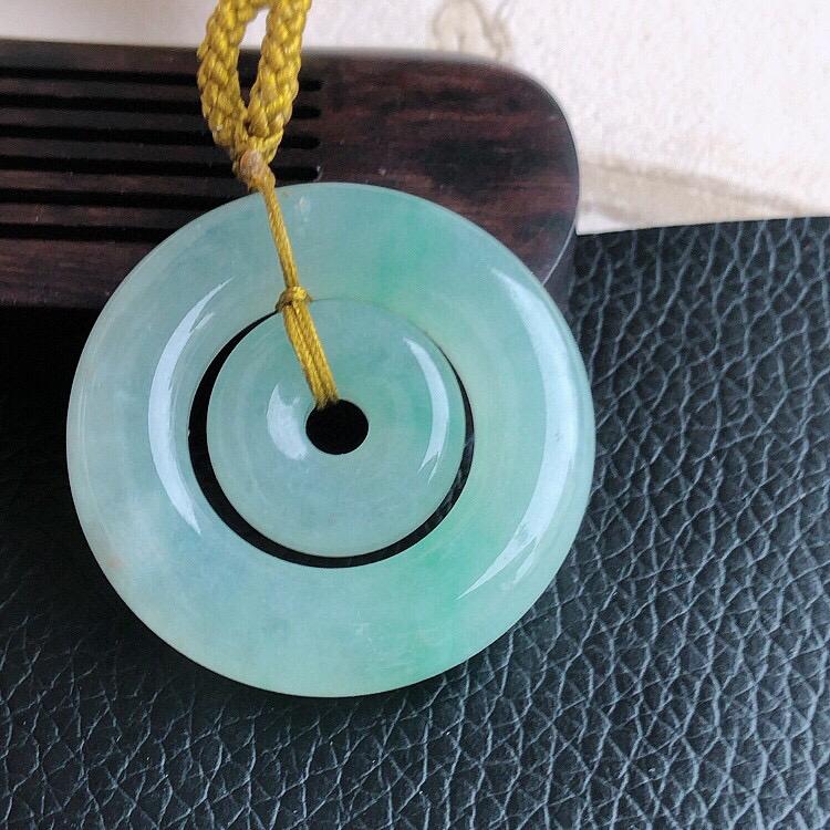 天然缅甸翡翠A货浅绿母子平安扣吊坠,料子细腻柔洁,尺寸36/6.5mm ,重量20g。