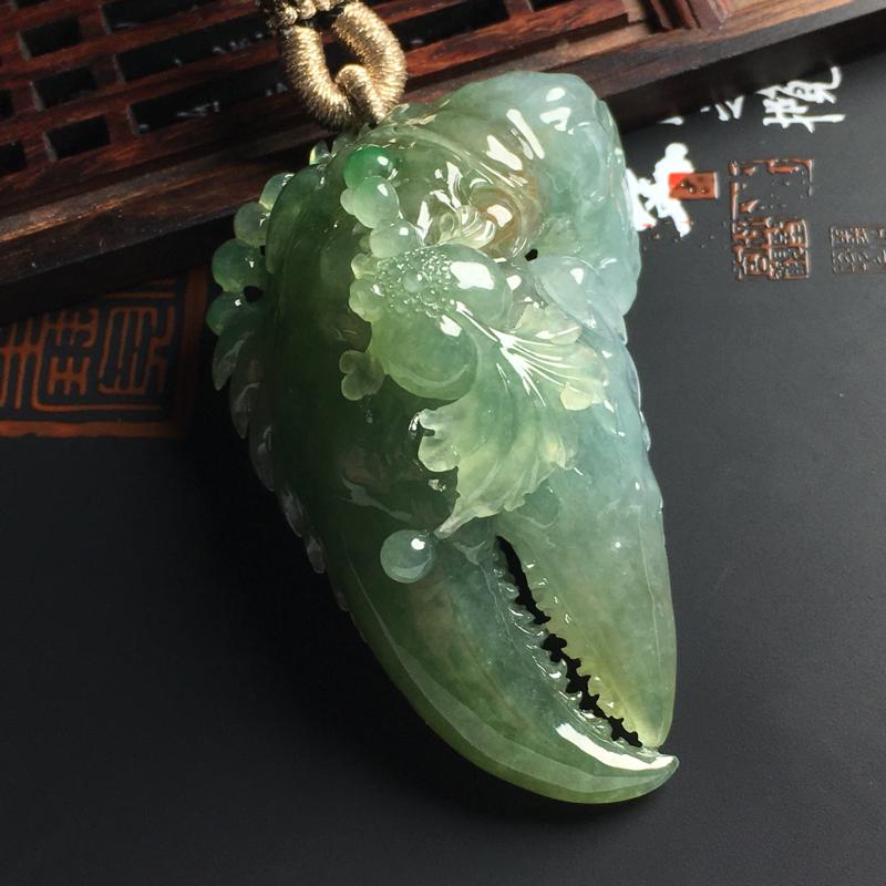 细糯种晴绿抓财钳吊坠 尺寸57-35-22毫米 玉质水润 色彩艳丽 雕工精湛