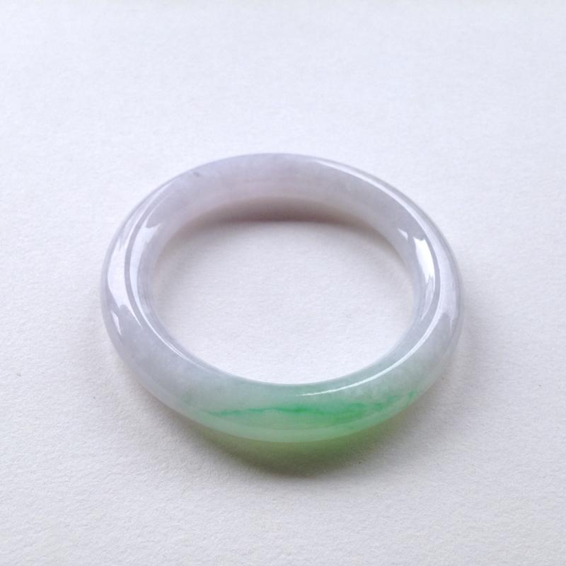 圆条:56.5-11-10.6 mm 糯化春彩,底妆细腻 干净,品相极好,淡淡的紫底,翠绿明媚 吸睛