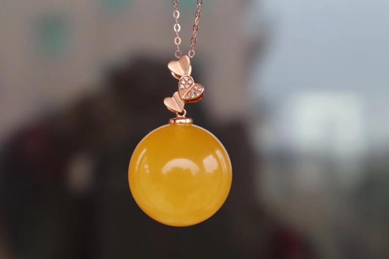 🍃💞🈵蜜鸡油黄圆珠吊坠 18K金镶嵌 色泽靓丽 蜡质浓郁  钻石💎点缀,佩戴高贵优雅 搭配18K金链