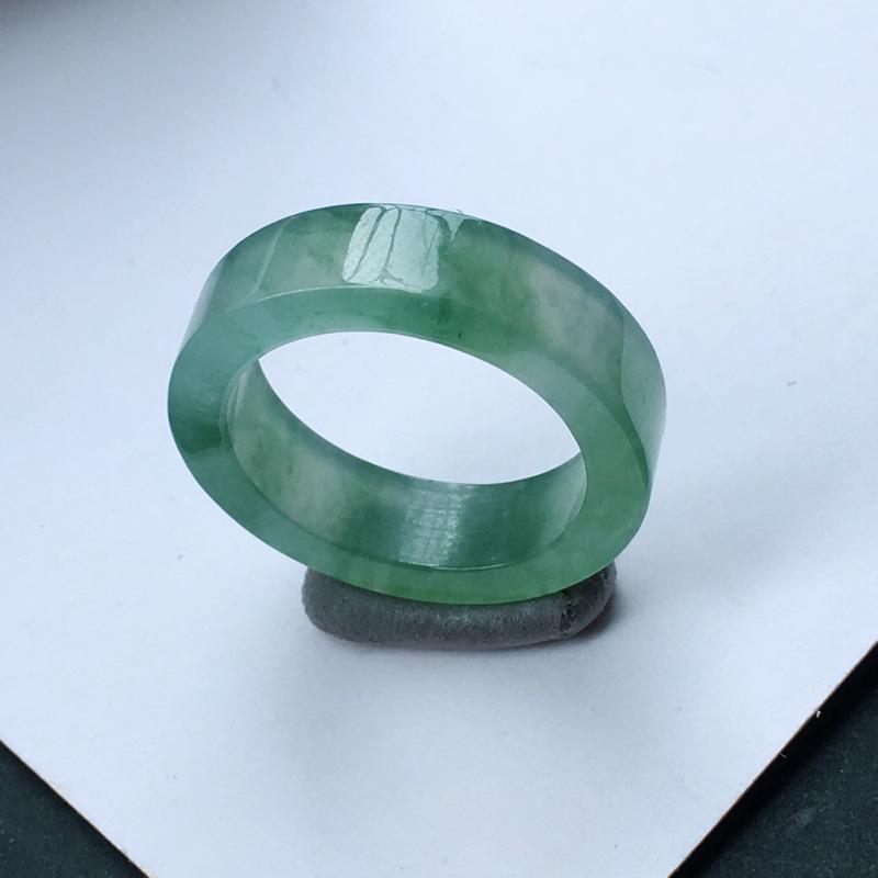 翡翠冰糯种飘绿厚装圆戒指,种水好玉质细腻温润,种老胶感十足,上手效果极佳。