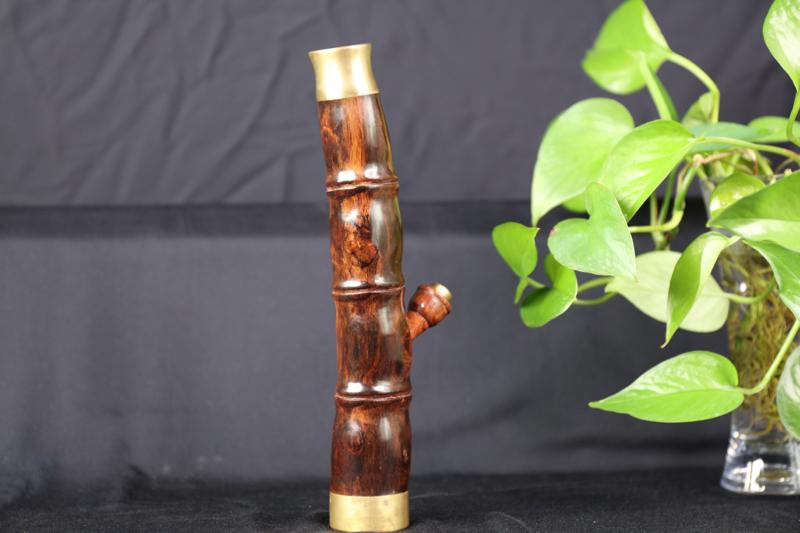 海南黄花梨紫油梨烟筒 纹理清晰 底色干净均匀 做工精细 规格 高24cm。宽 39mm 重 486克