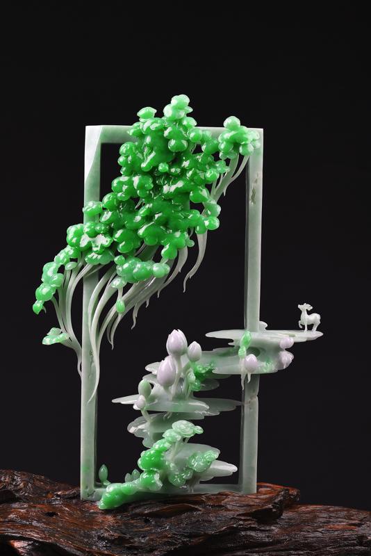 《幻相》  翡翠质地细腻,色彩艳丽,翠绿欲滴,漫溢灿烂春意。作品时尚抽象,造型奇巧,动感十足。  生