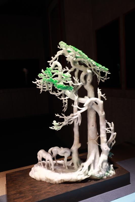 《相伴》  作品运用巧色巧雕的技法雕刻出一颗通透翠绿的老树,树形雕刻栩栩如生,叶片线条婉转流畅,脉络