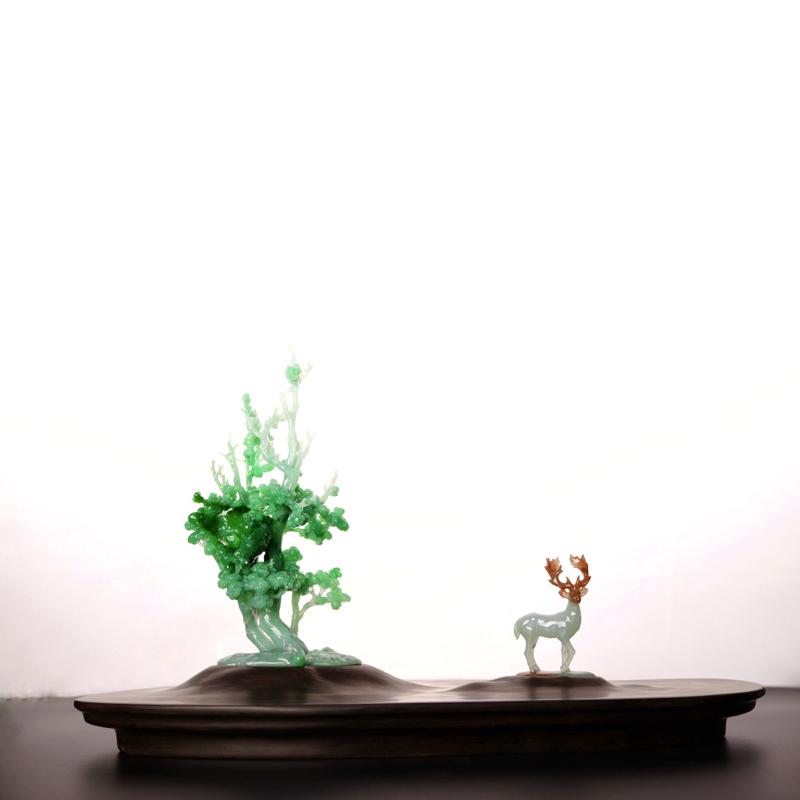 《林深遇鹿》  作品雕刻率真自然,野鹿悠闲自得。左边是棵青翠欲滴的大树,整体采用翡翠雕刻而成,颜色搭