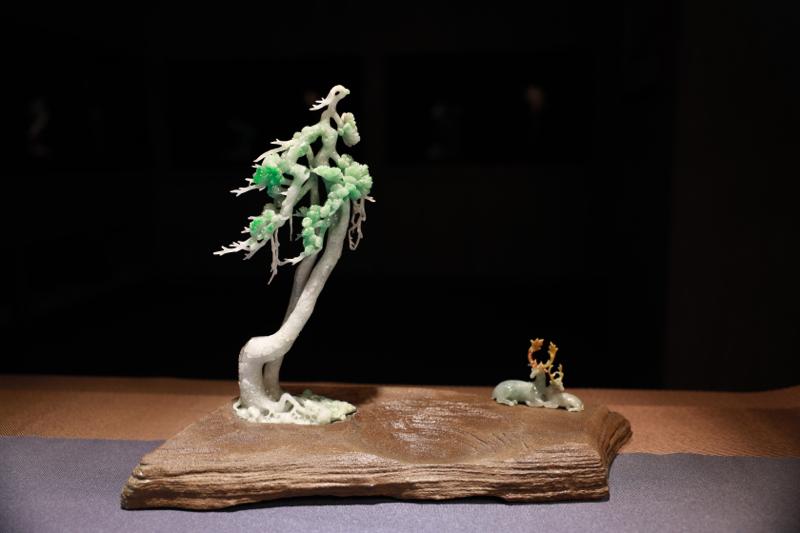 《静听松涛》  作品构图中有静有动,布局精巧,意境唯美。左边是棵枝繁叶茂的大树,整体采用翡翠雕刻而成