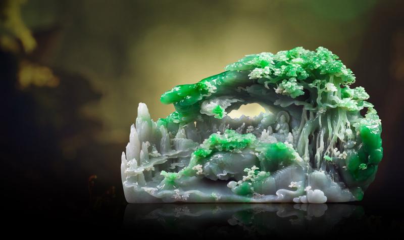 作者在这块高品质翡翠原料之上,创作出唯美梦幻的画面。作者采用圆雕手法,俏色巧用,作品布局精细,构图均