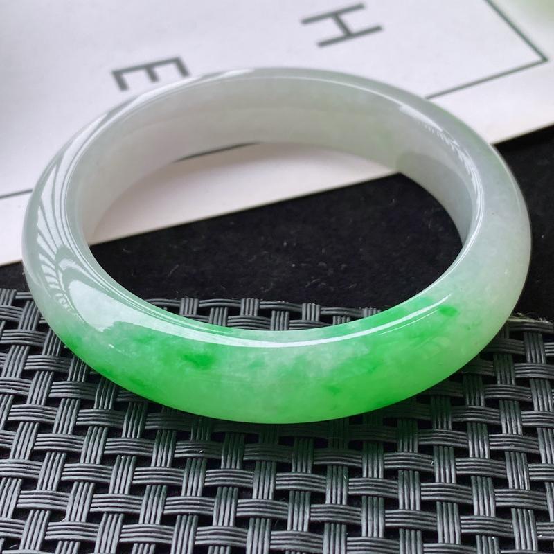 3.21/飘阳绿正圈手镯,尺寸:55.0/13.0/9.1mm,料子细腻冰透,水润有光泽,颜色均匀,