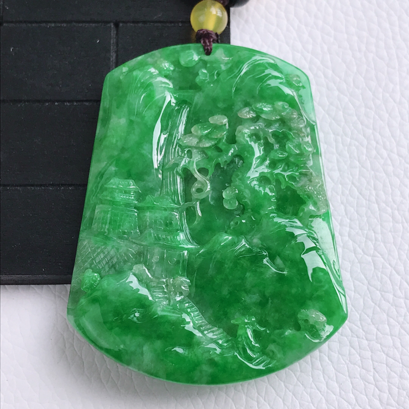 自然光拍摄 种好水润满绿意境山水牌挂件 玉质细腻,色泽漂亮,佩戴效果好,尺寸55.8×43×6.5m