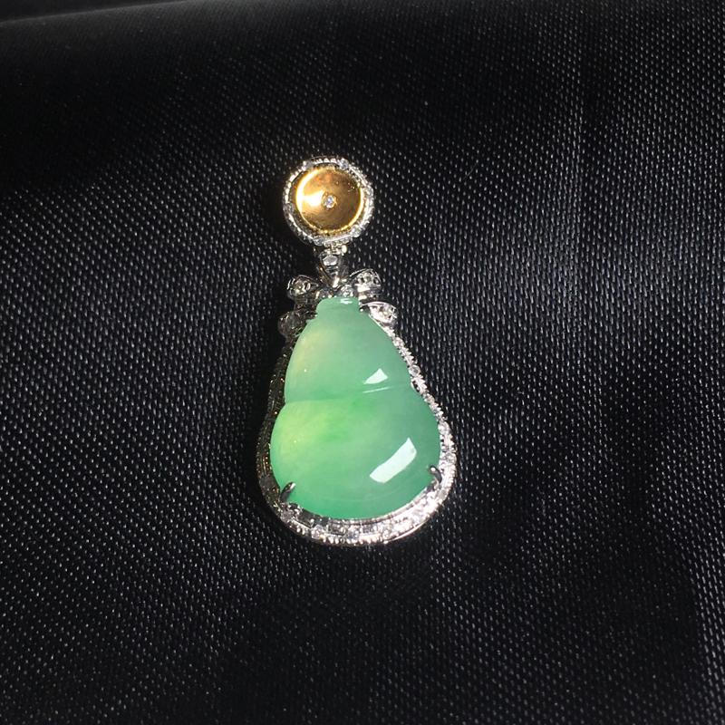 翡翠a货,底色飘绿葫芦吊坠,18k金镶嵌,种水一流,佩戴精美,小巧精致
