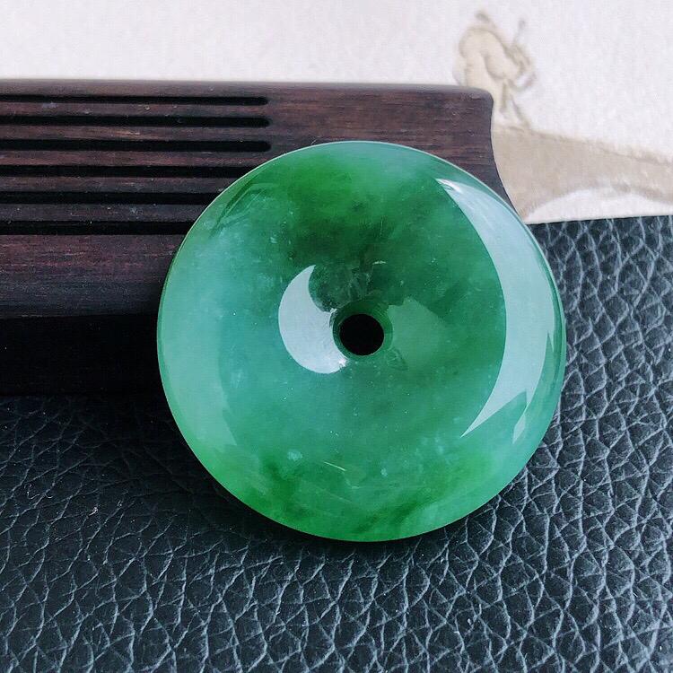 天然缅甸老坑翡翠A货满绿平安扣吊坠,料子细腻柔洁,尺寸29/6mm,重量10.2g。