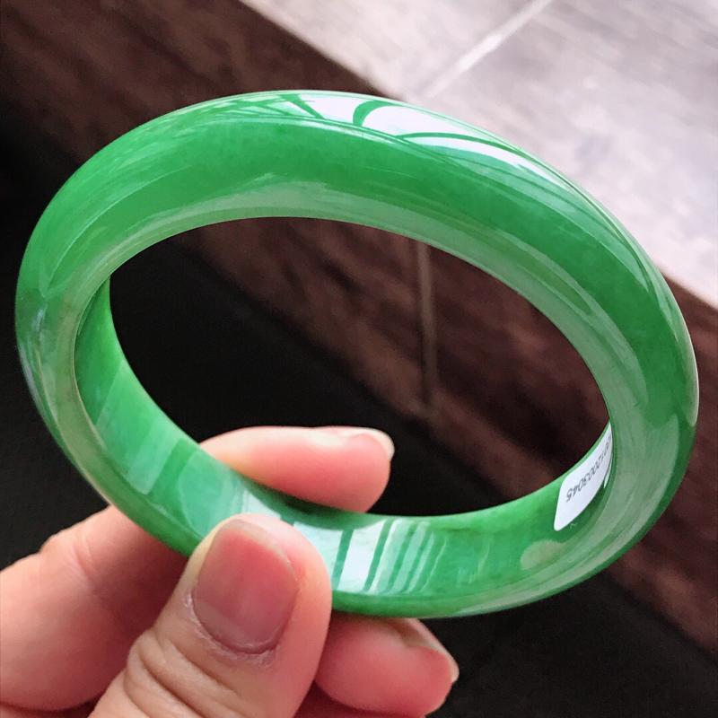 03/23/19:正圈:58.8/13.2/8.3mm,满绿阳绿手镯,水润凝滑,色泽辣绿鲜艳,满圈均