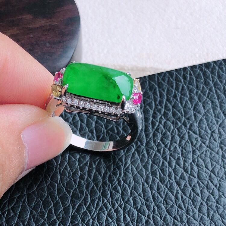 内直径17mm,18K金伴钻镶嵌缅甸天然翡翠A货满绿马鞍女款戒指 ,料子细腻柔洁, 尺寸包金17.5