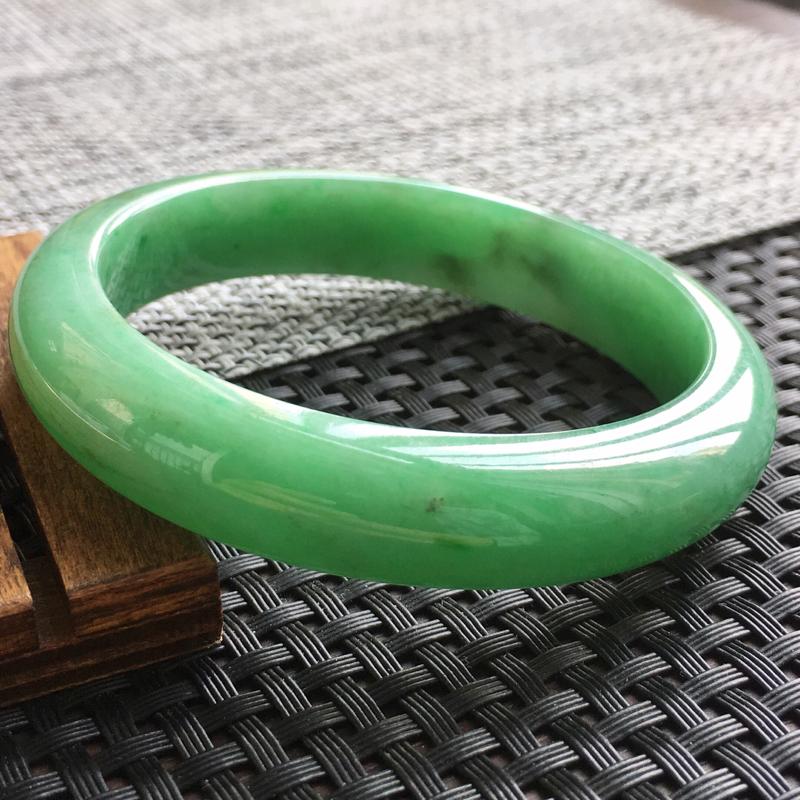 天然翡翠绿色正圈手镯,颜色鲜艳上手高贵优雅 规格57.5*12.5*7.8