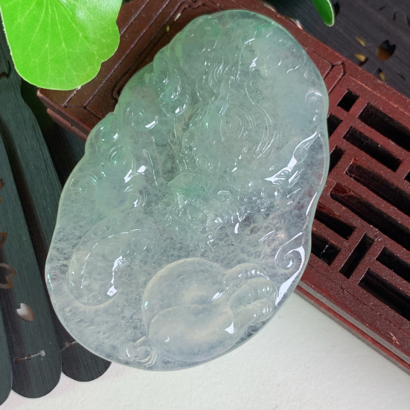 天然翡翠A货-淡绿游龙戏珠吊坠,种好,玉质细腻,雕工精细,色彩鲜艳,水润精致,上身效果极佳,尺寸60