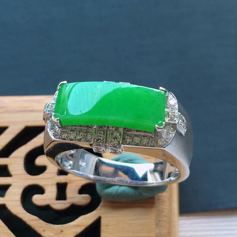 糯化种18k金镶嵌围钻满绿马鞍男装戒指,  品相好.  料子细腻,雕工精美,颜色漂亮,   内径:1