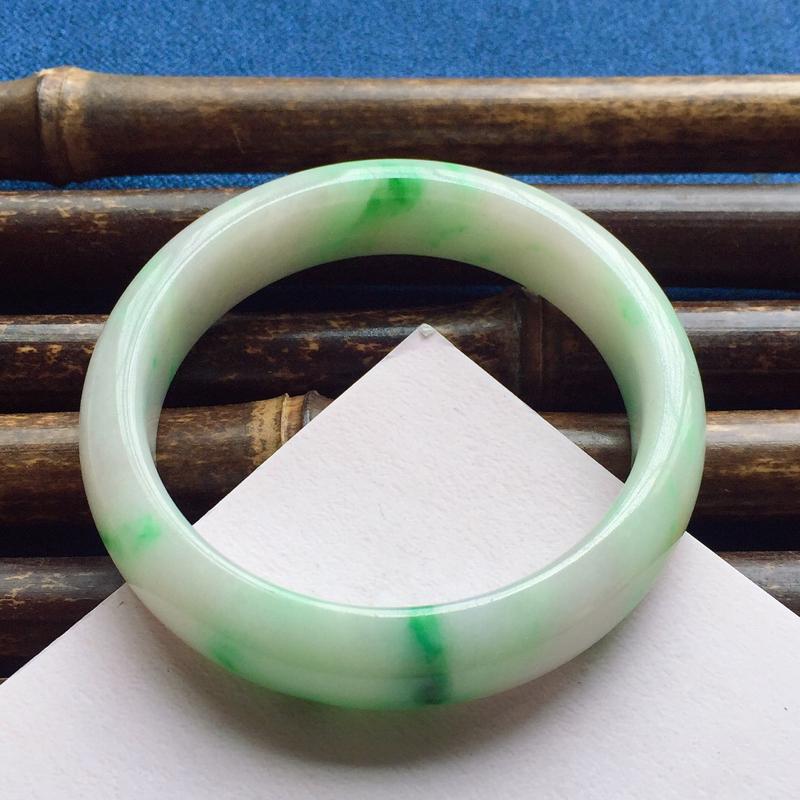 正圈54.4mm,细糯翠绿手镯,料子细腻光滑,色泽鲜艳夺目,上手引人眼球