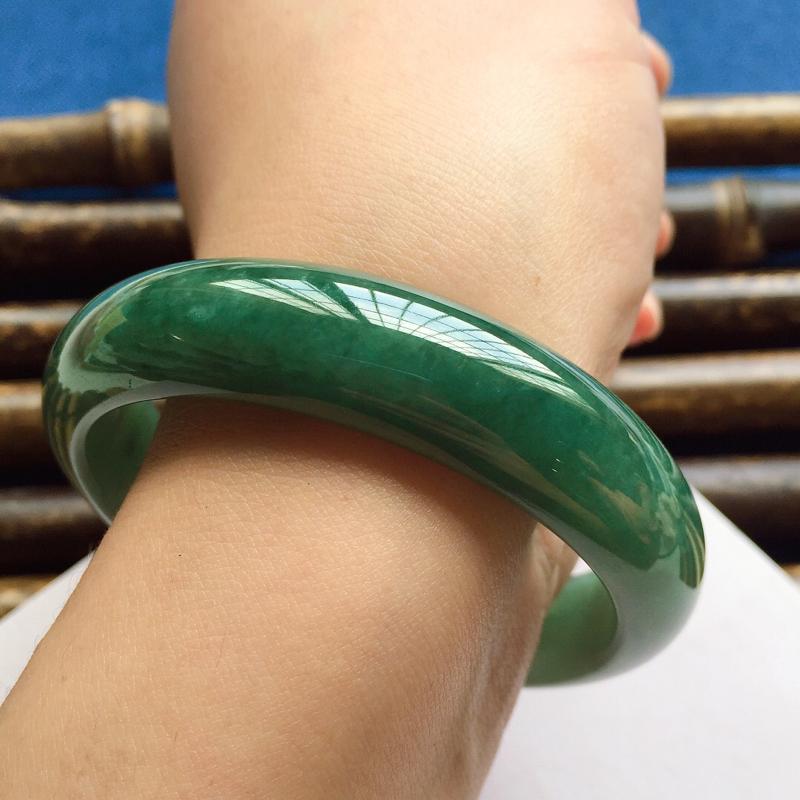 正圈54.4mm,细糯油绿手镯,料子细腻光滑,色泽浓郁均匀,清爽宜人