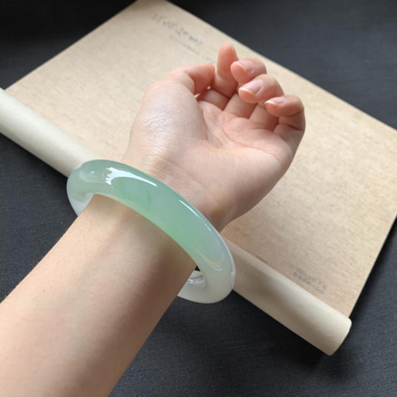 【冰糯种飘绿圆条手镯,冰润润的,色泽鲜美艳丽,值得拥有,完美!】图4