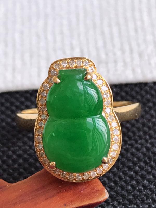 镶嵌18K金伴钻,缅甸天然老坑翡翠A货满绿葫芦戒指,裸石尺寸13.2*8.5*3.1,料子细腻,指圈