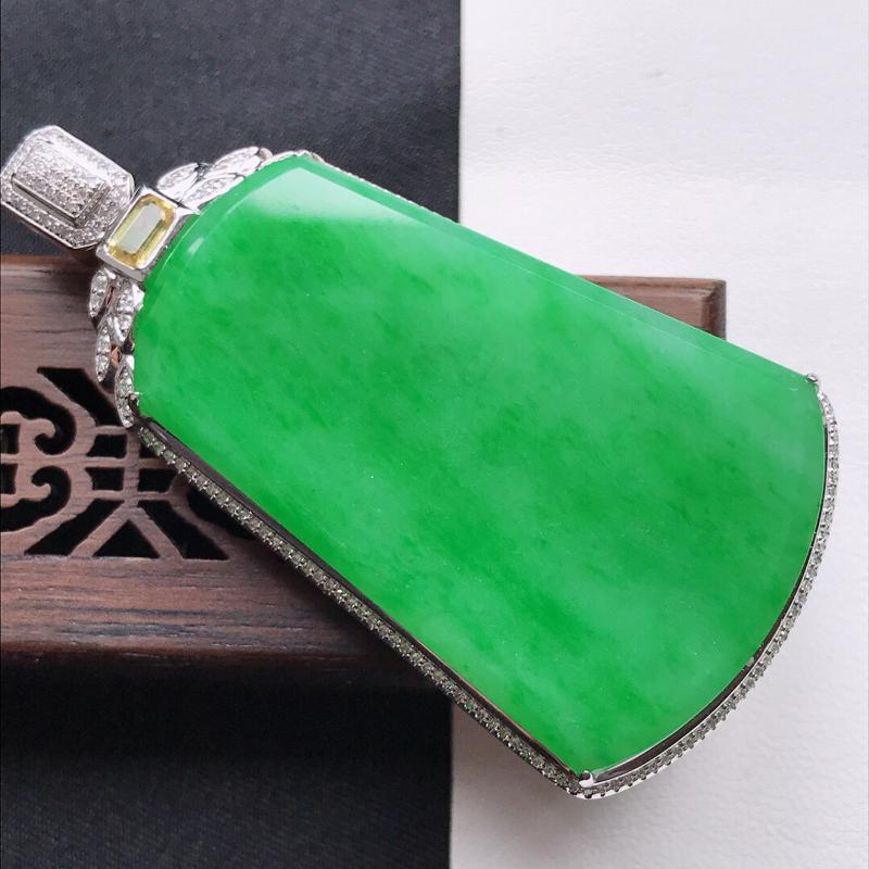 天然翡翠A货18K金镶嵌伴钻糯化种满绿精美无事牌吊坠,含金尺寸59.6-30.7-11.3mm,裸石