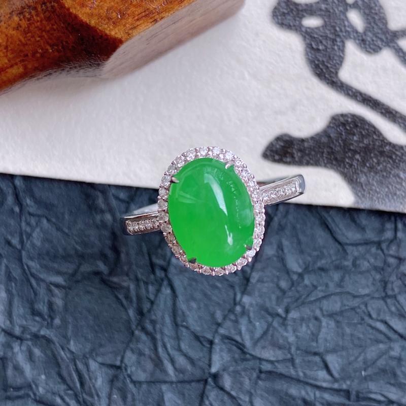 天然翡翠A货镶嵌18k金伴钻完美阳绿豪华福气戒指,内径尺寸:16.8mm,含金尺寸:11.8*9.6