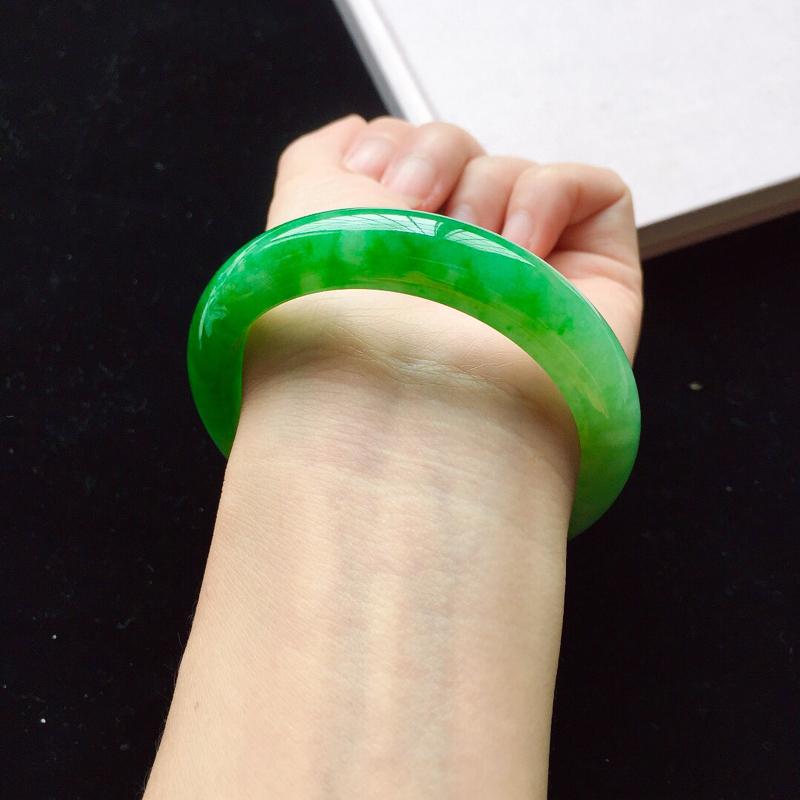 【【原价28.3万元】*正圈55.2mm,细糯阳绿手镯,底子细腻,近满圈阳绿,青翠苍绿】图4
