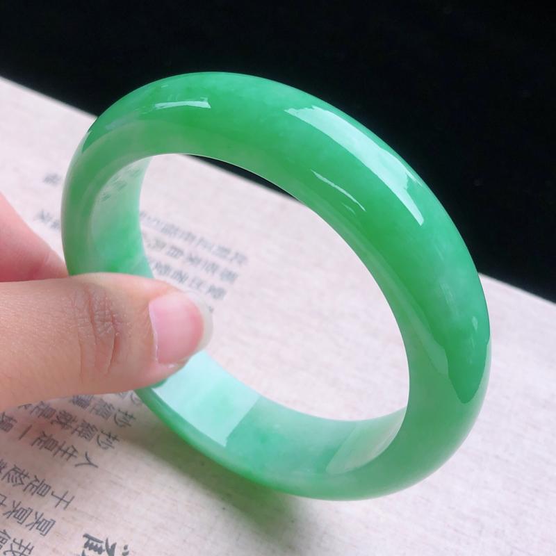 圈口:56,翠绿莹润正圈手镯,尺寸:56.2/14.5/8.6,完美,绿意葱茏,玉质细腻,