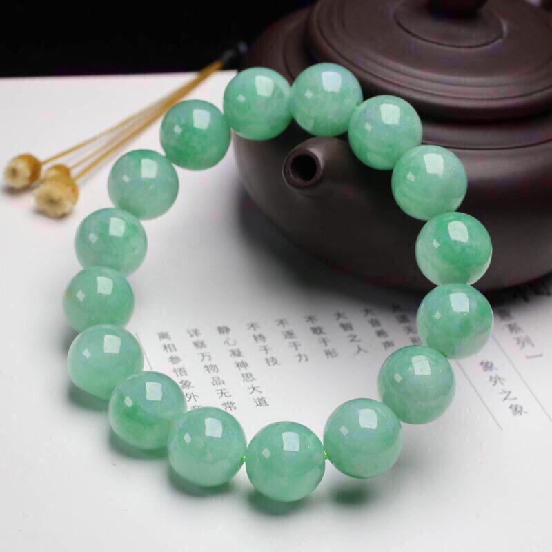 糯种翡翠圆珠手串,共16颗珠子,取其中一颗圆珠直径大约13.4mm。实物漂亮,玉质莹润,有天然白棉