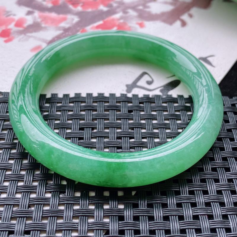 3.26/15天然a货满绿翡翠圆条手镯,尺寸:55.9/10.4/10.3mm。