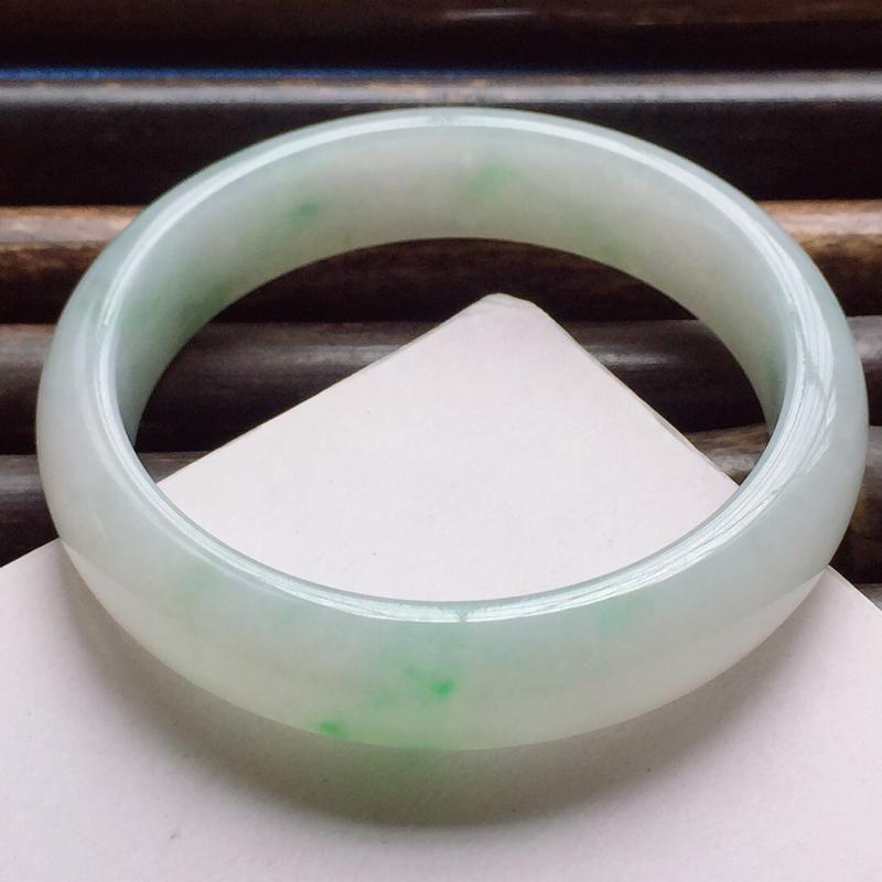 正圈57mm,细糯果绿手镯,底子细腻,鲜艳夺目