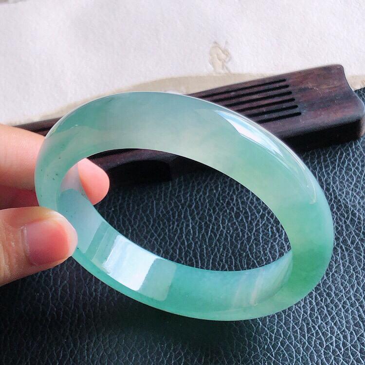圈口57.5mm,天然缅甸老坑翡翠A货绿色宽边手镯 ,料子细腻柔洁,尺寸57.5/14/8mm ,重量63g。