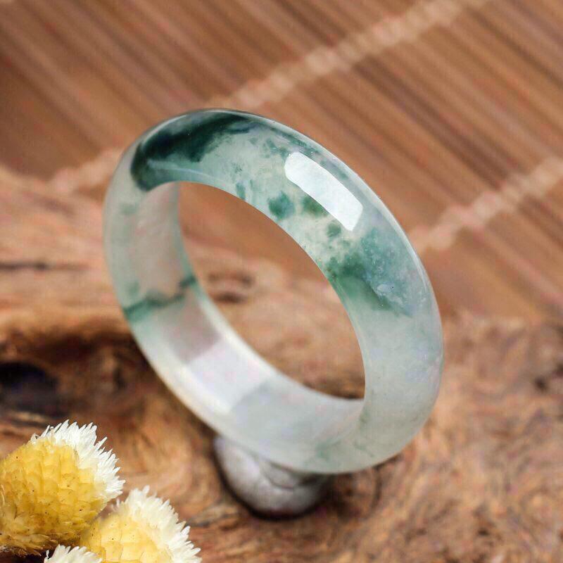 冰种飘花翡翠指环。饱满圆润,灵动飘逸。佩戴上手效果漂亮,尺寸19.2*6*3.4mm戒指内径19.
