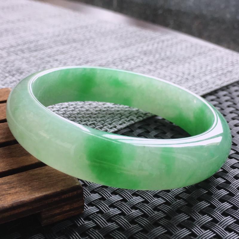天然翡翠飘绿正圈手镯,颜色鲜艳上手高贵优雅 规格56.6/14/7.2