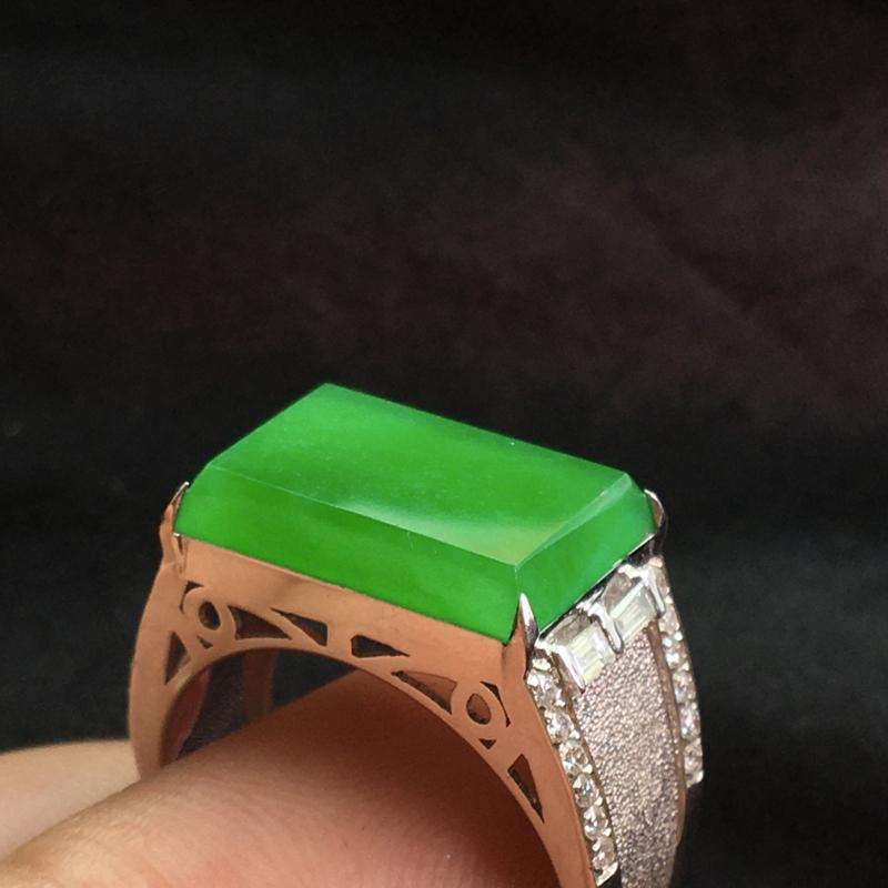天然翡翠A货,18K金伴钻镶嵌,满绿男款马鞍戒指,色泽鲜艳,料子细腻,豪华镶嵌,性价比高,实物美