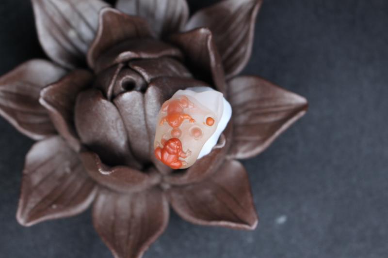 【呱呱来财】特色瓷白料,瓷白根茎脉络清晰,红料部分俏色雕刻呱呱来财,活泼可爱,厚重深邃的气质上加一分