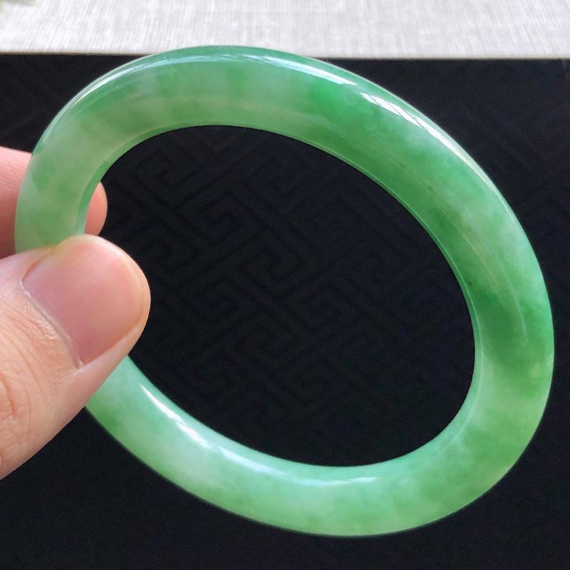 好种色糯化种满绿翡翠圆条手镯,圆润厚实,亮丽秀气,种水佳,颜色好,品相好,上手佩戴效果知性优雅,尺