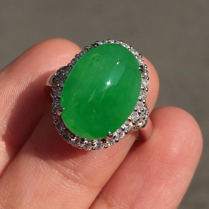 满绿大蛋面戒指,15.3mm的蛋面尺寸,饱满,完美无纹裂,18k白金重金豪华镶嵌钻石,裸石15.3-