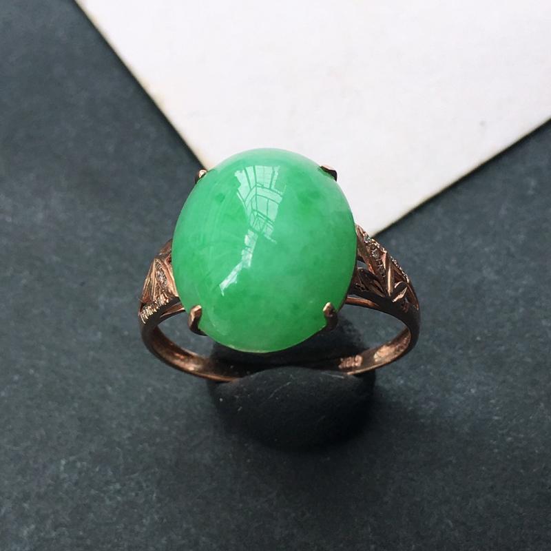 18K金伴钻镶嵌翡翠满绿蛋面戒指,种水好玉质细腻温润,颜色漂亮,佩戴效果好看。